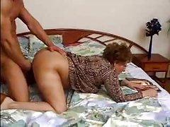 Порно с переводом смотреть видео Волосатая бабушка внук уловов домкрата